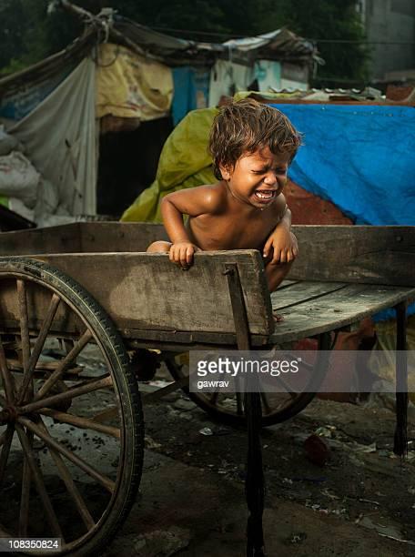 Armut, Hunger Kinder sitzen auf einem Golfwagen und Weinen's laut