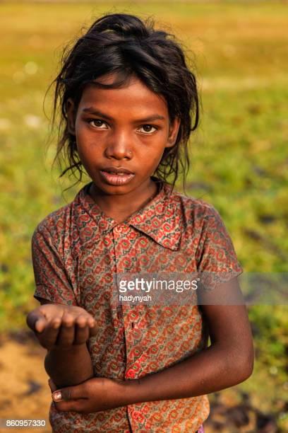 Pauvre fille indienne, demander de l'aide