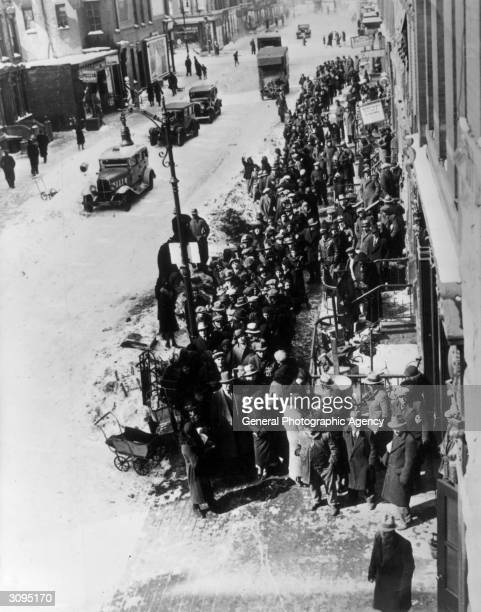 Poor people queuing for free coal in New York