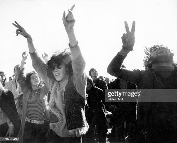 Pop festival on the Fehmarn Island, dancing people Photographer: Rudolf Dietrich Vintage property of ullstein bild