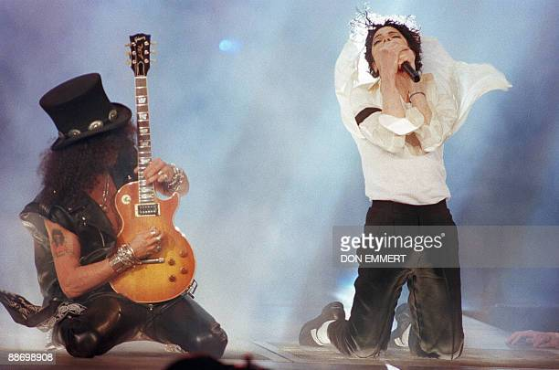 US pop star and entertainer Michael Jackson and rock guitarist Slash perform the opening number at the 1995 MTV video Music Awards September 071995...