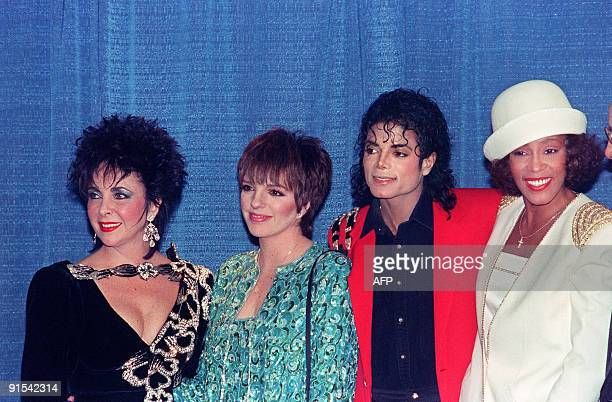 US pop star and entertainer Michael Jackson gathers with Elizabeth Taylor Liza Minnelli and Whitney Houston at the United Nego College Fund dinner at...