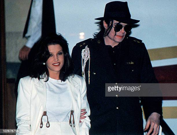 US pop star Michael Jackson and his wife Lisa Marie Presley arrive at Budapest's airport 6 August 1994 Jackson is starting a three day visit to film...