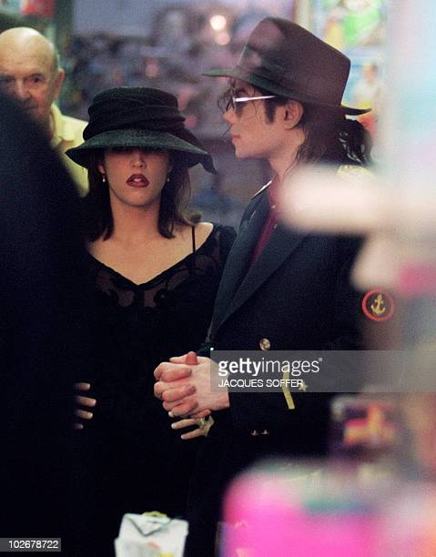 US pop star Michael Jackson and his wife Lisa Marie Presley visit a toy shop in Cannes 3 September 1994 AFP PHOTO JACQUES SOFFER