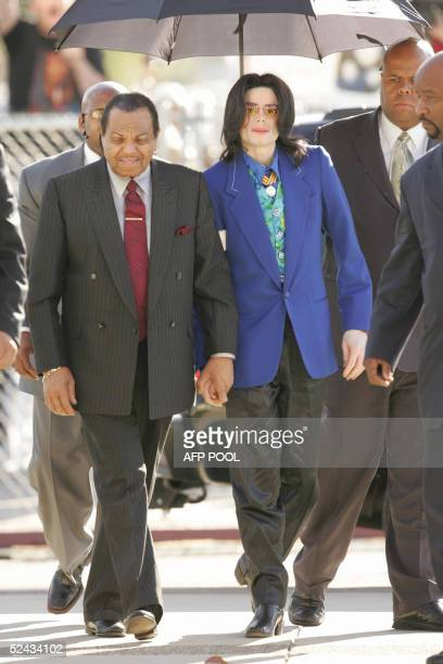 US pop star Michael Jackson arrives with his father Joe for his child molestation trial 16 March 2005 at Santa Barbara County Courthouse in Santa...
