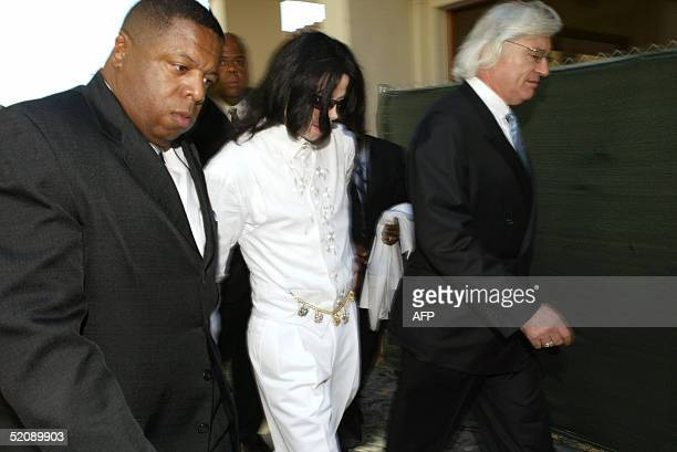 US pop star Michael Jackson returns from lunch with attorney Thomas Mesereau Jr during jury selection for his child molestation trial at the Santa...