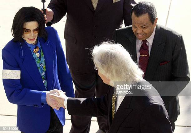 US pop star Michael Jackson shakes hands with his attorney Thomas Mesereau Jr as he arrives with his father Joseph at Santa Barbara County Courthouse...