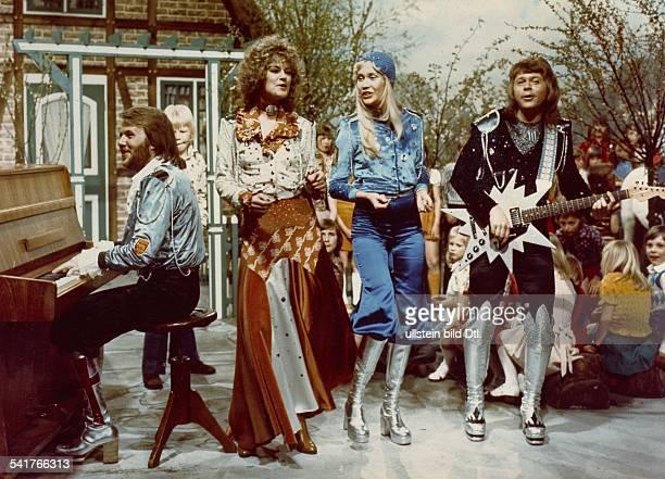 Popband Schwedenauf der Bühne im Rahmen einer TVSendungvl Benny Andersson Annafrid LyngstadAgneta Fältskog und Bjoern Ulvaeus 1977