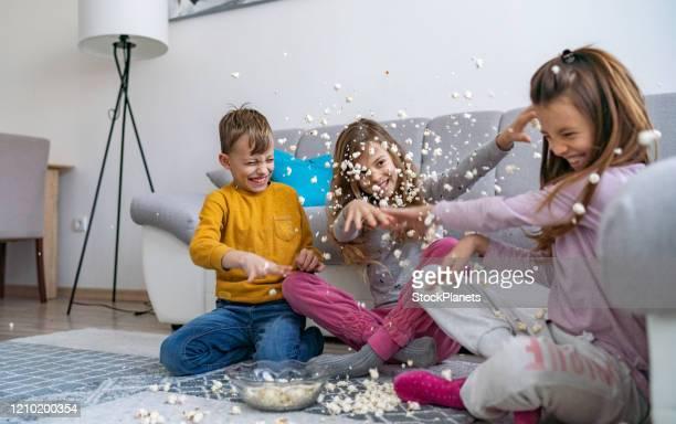 ¡pelea de palomitas de maíz! - lanzar actividad física fotografías e imágenes de stock