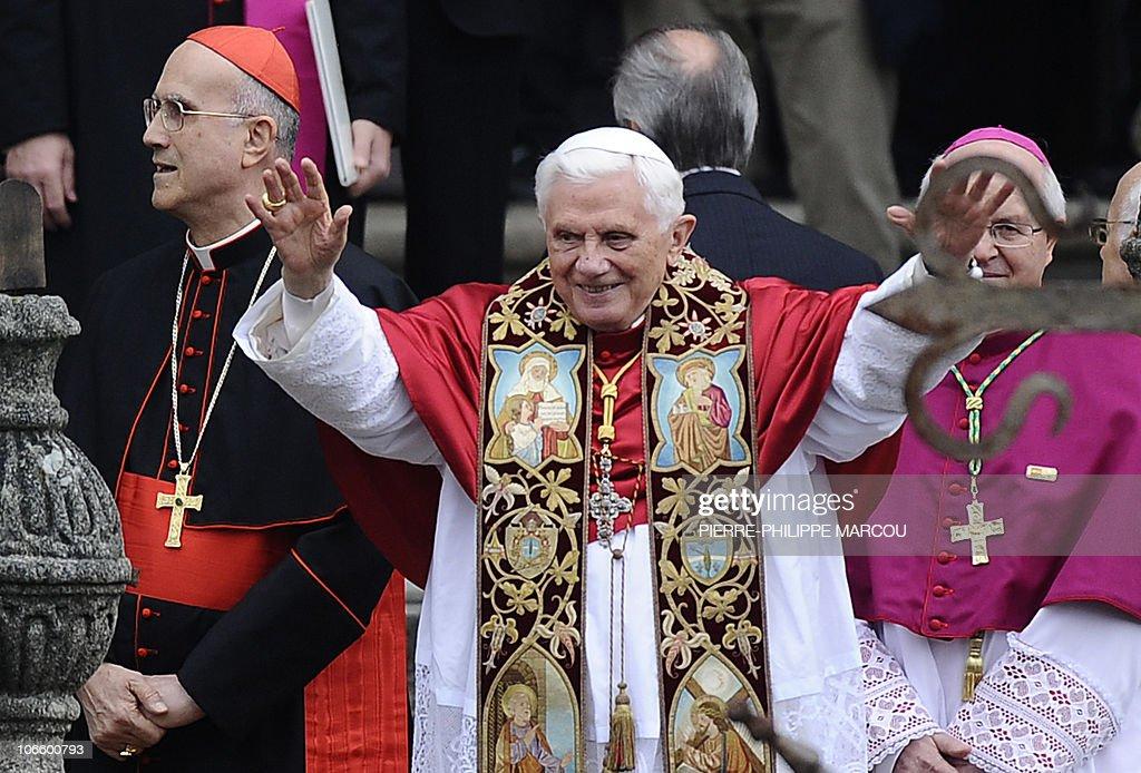 Pope Benedict XVI (C) blesses faithful f : News Photo
