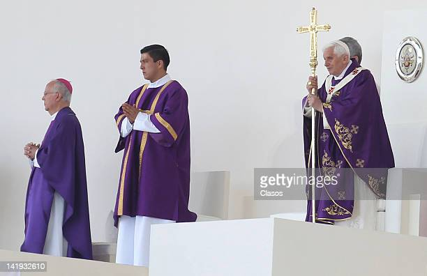 Pope Benedict XVI greets the multitude during a mass at Silao´s park on March 25, 2012 in Silao, Mexico.