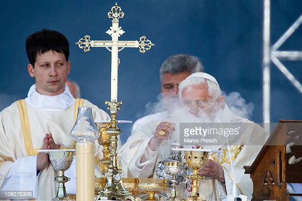 Pope Benedict XVI leads a morning mass at Domplatz square in front of the Erfurter Dom cathedral on September 24 2011 in Erfurt Germany The Pope...