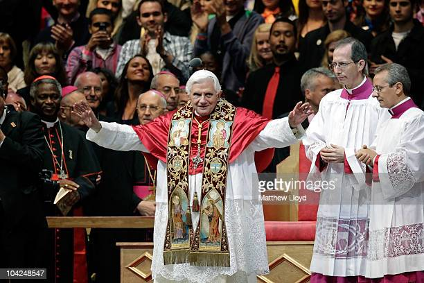 Pope Benedict XVI leads a prayer vigil in front of thousands of pilgrims in Hyde Park on September 18 2010 in London England Pope Benedict XVI is...