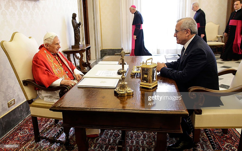 Pope Benedict XVI (L) talks with Lebanon's President Michel Sleiman during a private audience at the Vatican, on November 23, 2012. AFP PHOTO / POOL / Tony Gentile