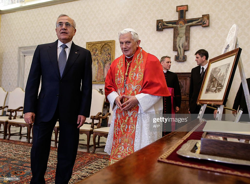 Pope Benedict XVI (R) talks with Lebanon's President Michel Sleiman during a private audience at the Vatican, on November 23, 2012. AFP PHOTO / POOL / Tony Gentile