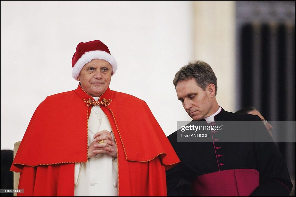 Pope Benedict XVI arrives to celebrate his general audience in St. Peter's square at the Vatican in Rome, Italy on December 21st, 2005. : News Photo