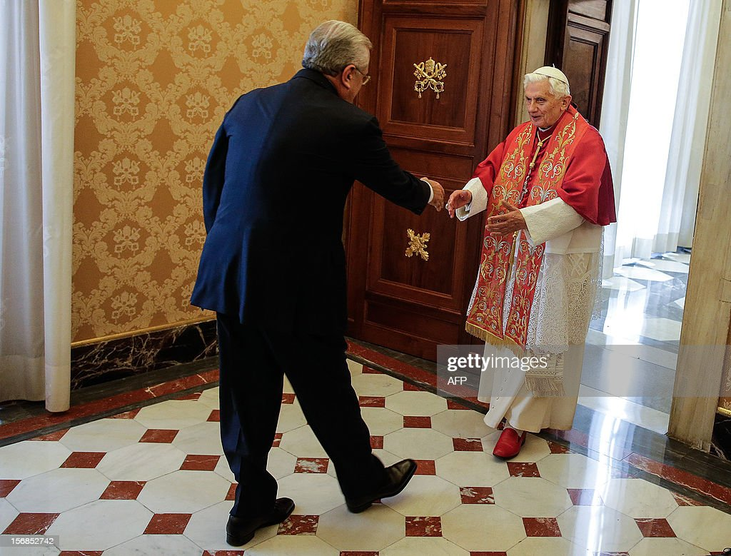 Pope Benedict XVI (R) welcomes Lebanon's President Michel Sleiman during a private audience at the Vatican, on November 23, 2012. AFP PHOTO / POOL / Tony Gentile