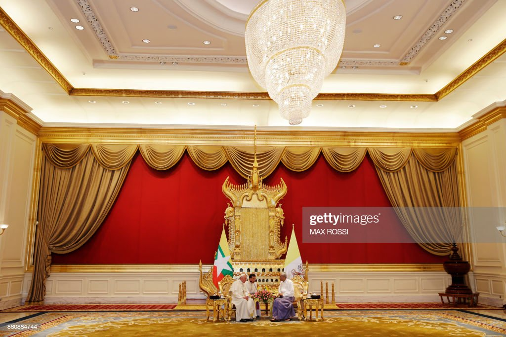 Pope Francis (L) and Myanmar's President Htin Kyaw talk during their meeting at the Presidential Palace in Naypyidaw on November 28, 2017. Pope Francis called for respect for rights and justice in a keenly-watched address in Myanmar on November 28, but refrained from any mention of the Rohingya, or allegations of ethnic cleansing that has driven huge numbers of the Muslim minority from the country. /