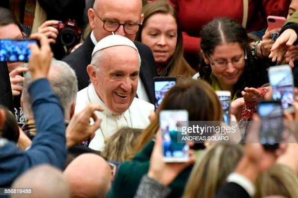 Pope Francis arrives for a weekly general audience at the Paul VI audience hall on December 6 2017 in Vatican / AFP PHOTO / Andreas SOLARO