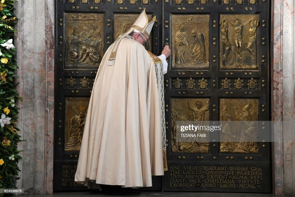 Pope Francis closes the Holy Door at St Peter's basilica to mark the end of the Jubilee of Mercy, on November 20, 2016 in Vatican. / AFP / POOL