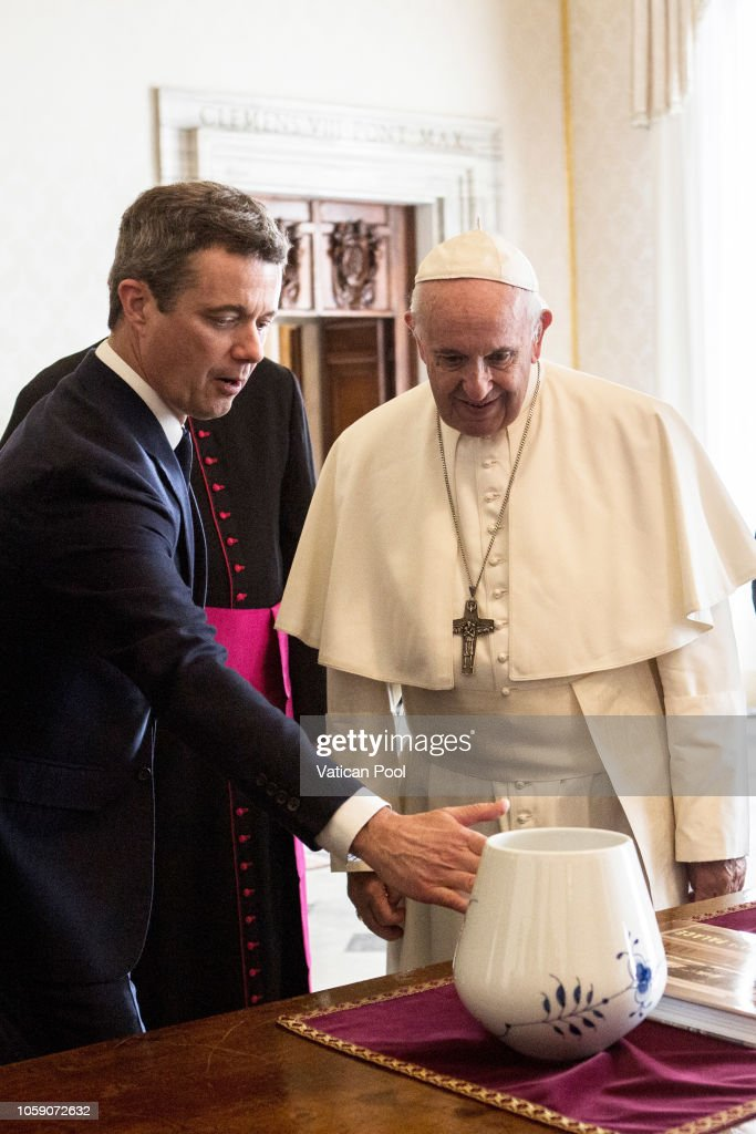 CASA REAL DE DINAMARCA - Página 41 Pope-francis-exchanges-gifts-with-crown-prince-frederik-of-denmark-picture-id1059072632