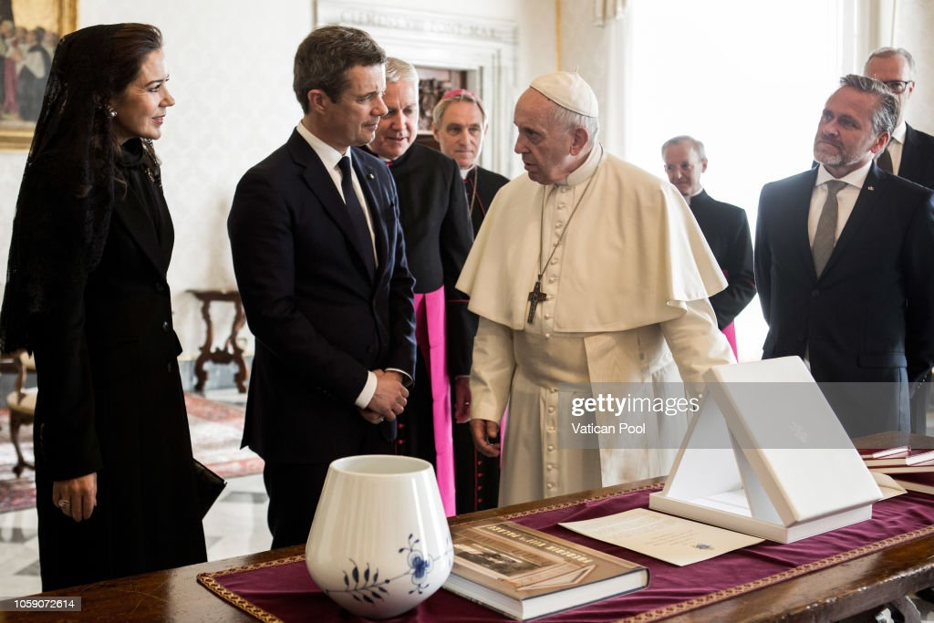 CASA REAL DE DINAMARCA - Página 41 Pope-francis-exchanges-gifts-with-crown-princess-mary-and-crown-of-picture-id1059072614