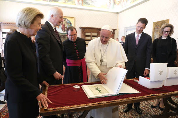 pope-francis-exchanges-gifts-with-prince-hansadam-of-liechtenstein-picture-id671438098