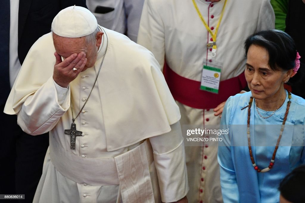 Pope Francis (L) gestures beside Myanmar's civilian leader Aung San Suu Kyi in Naypyidaw on November 28, 2017. Pope Francis held talks with Myanmar's leader Aung San Suu Kyi on November 28, a pivotal moment in a visit aimed at alleviating religious and ethnic hatreds that have driven huge numbers of Muslim Rohingya from the country. / AFP PHOTO / Vincenzo PINTO