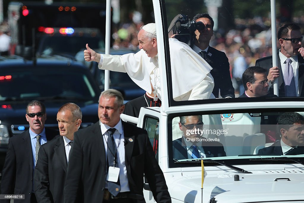 Pope Francis Drives Parade Route Around D.C.'s National Mall : News Photo