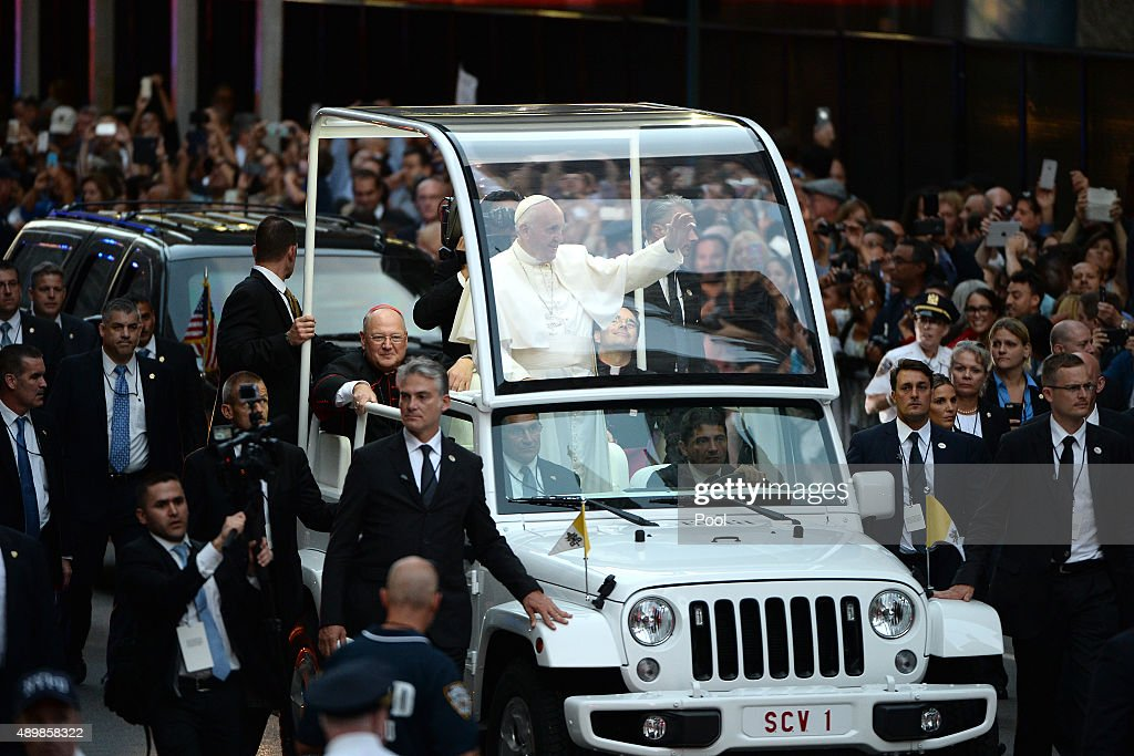 Pope Francis Travels Down New York's 5th Ave To St. Patrick's Cathedral : News Photo