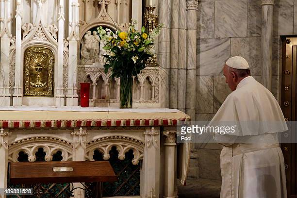 Pope Francis prays at the altar of Saint Elizabeth before evening prayer services at St Patrick's Cathedral September 24 2015 in New York City The...