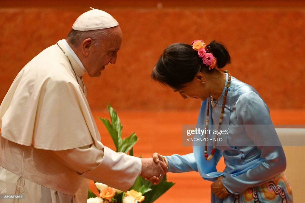 Pope Francis (L) shakes hands with Myanmar's civilian leader Aung San Suu Kyi during an event in Naypyidaw on November 28, 2017. Pope Francis held talks with Myanmar's leader Aung San Suu Kyi on November 28, a pivotal moment in a visit aimed at alleviating religious and ethnic hatreds that have driven huge numbers of Muslim Rohingya from the country. / AFP PHOTO / Vincenzo PINTO