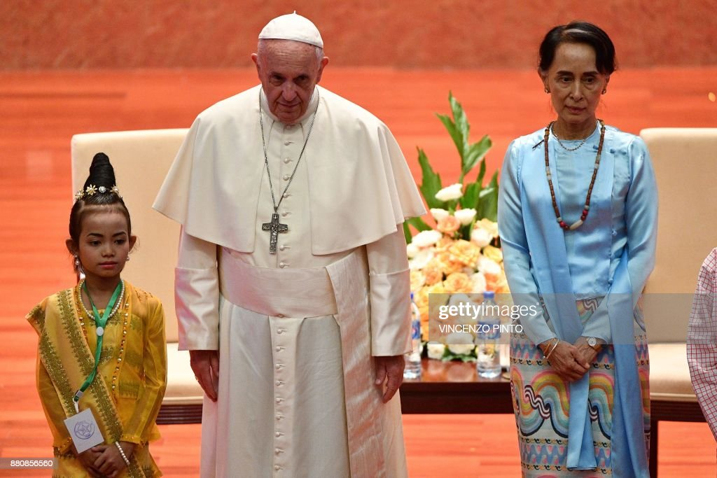 Pope Francis (L) stands beside Myanmar's civilian leader Aung San Suu Kyi during an event in Naypyidaw on November 28, 2017. Pope Francis held talks with Myanmar's leader Aung San Suu Kyi on November 28, a pivotal moment in a visit aimed at alleviating religious and ethnic hatreds that have driven huge numbers of Muslim Rohingya from the country. / AFP PHOTO / Vincenzo PINTO