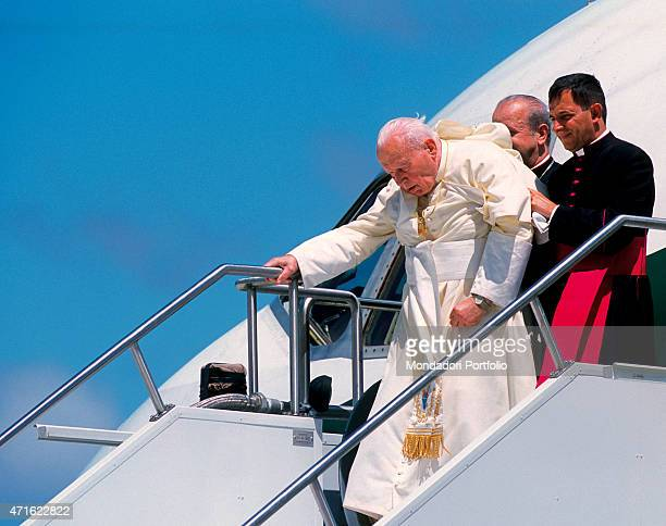 """the visit of pope john paul ii to toronto in 2002 On today's date in 2002, pope john paul ii ended the celebrations of world youth day (wyd) with a mass for 800,000 people in toronto's downsview park """"pope john paul ii was not only the first roman catholic pope in history to visit canada, but a church leader whose pontificate featured many firsts."""