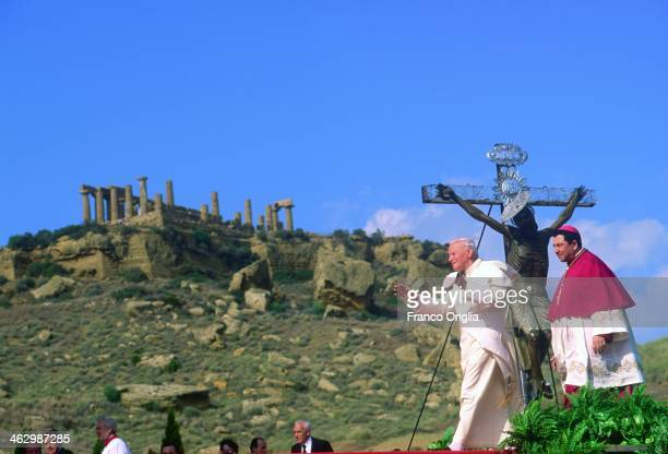 Pope John Paul II celebrates a mass at the Valle dei Templi on his official visit to Sicily on May 9 1993 in Agrigento SicilyDuring the visit pontiff...