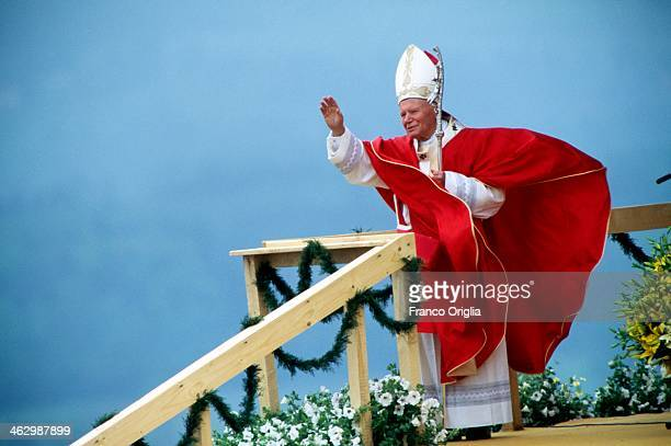 Pope John Paul II celebrates a mass in front of 200 000 faithful during his official visit to Poland on May 22 1995 in Skoczow Poland
