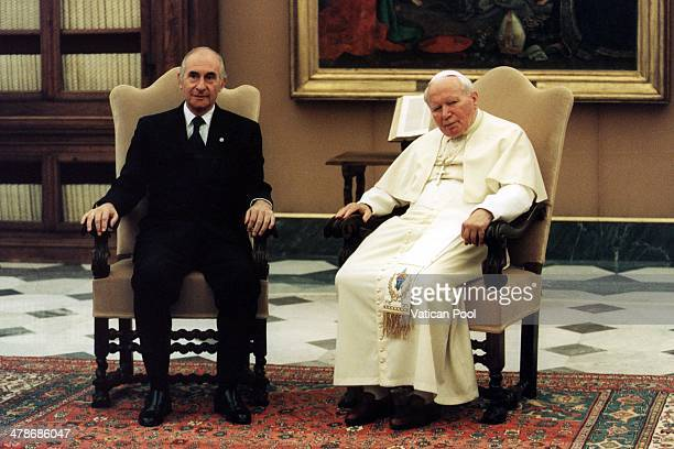 Pope John Paul II meets Argentina's President Fernando De la Rua and his family at his private library in the Apostolic Palace on April 5 2001 in...
