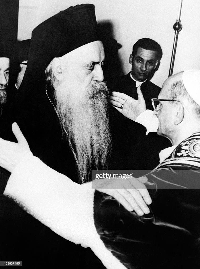 Pope Paul VI (R) and Orthodox Patriarch : News Photo