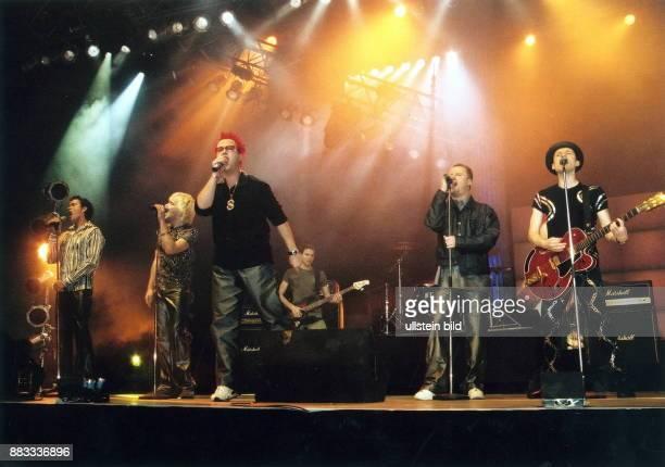 Popgruppe D Jens Sembder Tobias Künzel Sebastian Krumbiegel Henry Schmidt und Wolfgang Lenk bei einem Auftritt bei der CharityBenefizgala 2001 im...