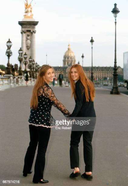 Popular English television actress Jane Seymour and her daughter Katie walk down the AlexandreIII bridge in Paris