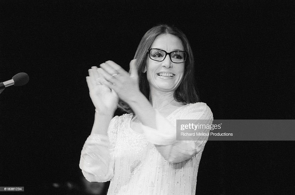 Greek Singer Nana Mouskouri Performing in Concert : Photo d'actualité