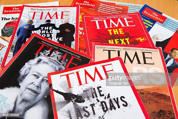 popular magazines - magazine rack stock photos and pictures