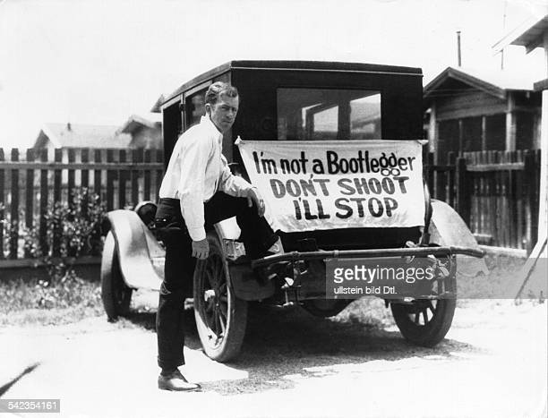 Population 'I'm not a Bootlegger. Don't shoot, I'll stop'. A driver near the mexican border during the U.S. Prohibition period from 1920-1933 with a...