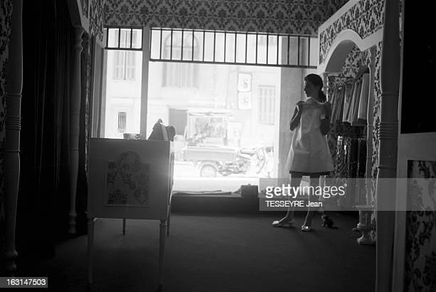 Population Of Greece Athènes 6 juillet 1967 Le quotidien de la population en Grèce dans un magasin de vêtements une jeune femme prénommée Izo choisit...
