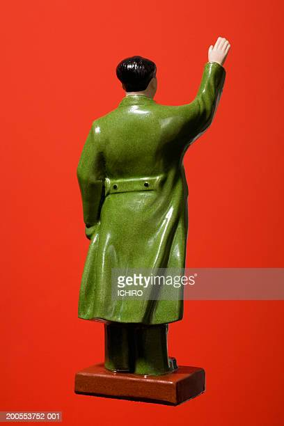 porcelain figurine of mao tse-tung on red background, close-up, rear view - mao tsé toung stockfoto's en -beelden