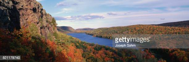porcupine mountains in autumn - ポーキュパイン山脈ウィルダネス州立公園 ストックフォトと画像
