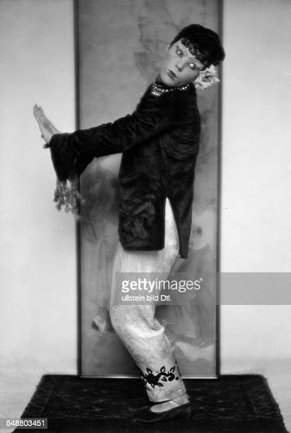 Porembski Alexa von Actress Germany * fullfigure portrait in her role as a Chinese woman in a Charell Revue 1926 Photographer Mario von Bucovich...