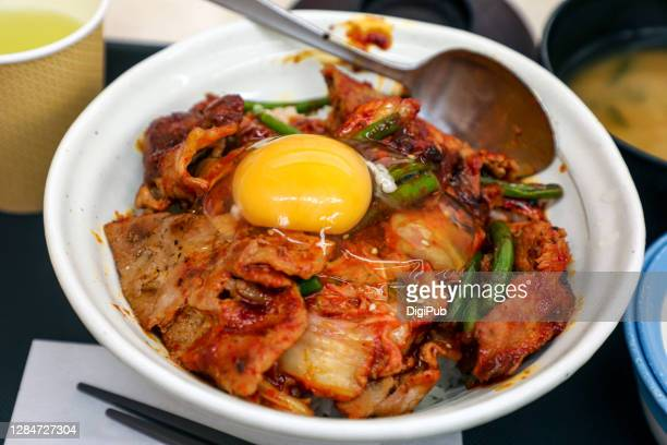 pork and kimchi stir-fry rice bowl - キムチ ストックフォトと画像