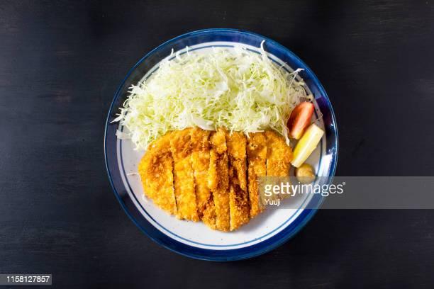 escalope de porc et chou servi dans une assiette - tonkatsu photos et images de collection