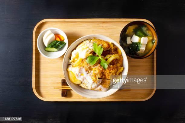 chuleta de cerdo sobre arroz con sopa de miso y pepinillos - washoku fotografías e imágenes de stock